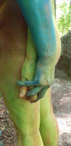 Bemalte Hände in Begegnung