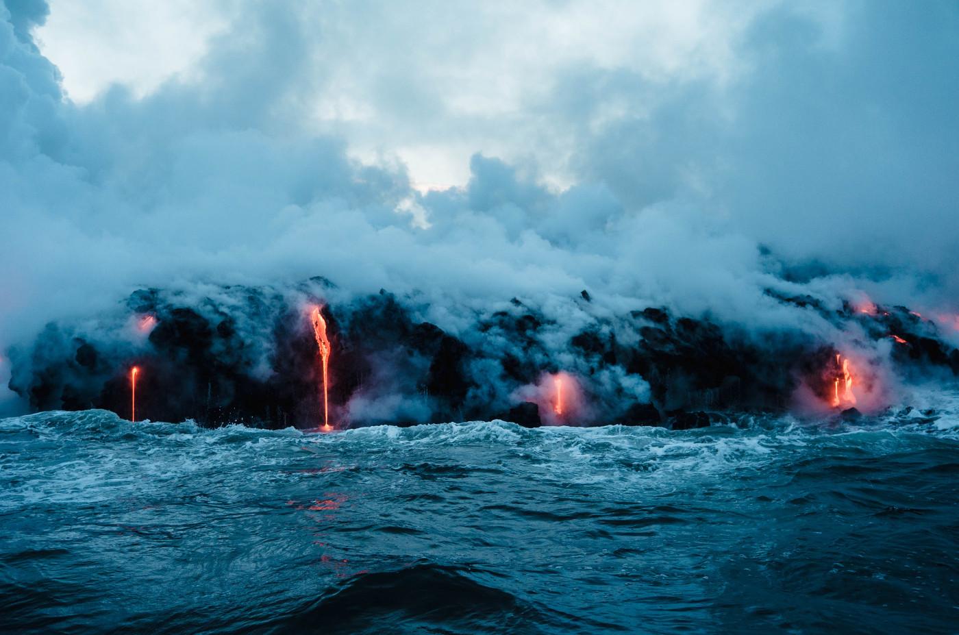 Beziehung, Liebe und Wut - Ein Lavastrom, der sich in das Meer ergießt.